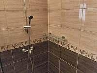 velký apartmán_sprcha u vchodu - chalupa ubytování Hutisko Solanec