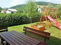 Venkovní posezení a dětské hřiště - apartmán k pronajmutí Velké Karlovice