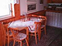 jídelní stůl - pronájem chaty Bílá
