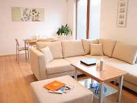 chalupa obývací pokoj včetně jídelního stolu