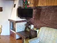 Společenská místnost s krbem a LED TV