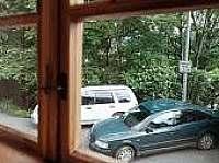 pohled na parkovací místo před domem