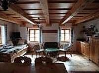 prostorná kuchyň s kachláky na dalším obrázku