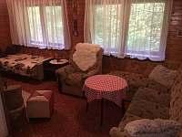 společenský prostor před krbem - pronájem chaty Tyra