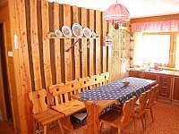 u jídelního stolu - chata k pronájmu Tyra