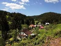 Celkový pohled od lesa - chalupa k pronájmu Velké Karlovice