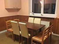 Kuchyň v přízemí, slouží také jako společenská místnost.