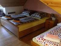 Podkrovní pokoj pro 3 osoby s přistýlkou.