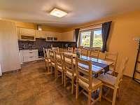 kuchyně s jidelním stolem - chalupa k pronajmutí Kunčice pod Ondřejníkem