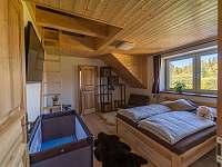 pokoj č.1 s maželskou postelí, přistýlkou a možnosti spaní 2 osob v podkroví - chalupa k pronájmu Kunčice pod Ondřejníkem