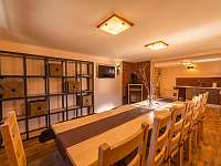 společenská místnost s krbem a vlastní kuchyní - pronájem chalupy Kunčice pod Ondřejníkem