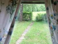 Pohled z okna na břízy a branku - chata k pronajmutí Frýdlant nad Ostravicí