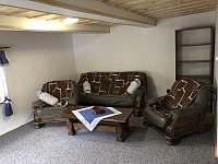 Obývací pokoj s TV - chalupa k pronájmu Bzové