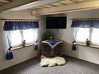 Obývací pokoj s TV - chalupa ubytování Bzové
