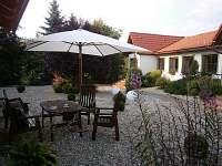 Elegantní patio v okrasné zahradě.