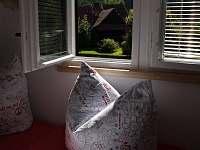 Výhled z ložnice na Valašskou chalupu - léto