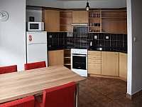 malý apartmán kuchyň