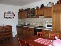 kuchynská linka kompletně vybavená,s myčkou a vestavěnou lednicí - chalupa k pronájmu Halenkov
