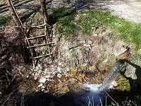Osvěžení v potoku u chaty - k pronájmu Hluboče