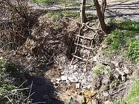 Osvěžení v potoku u chaty - Hluboče