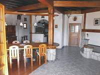 prostorná hala 90m2, vzadu kuchyň s barem