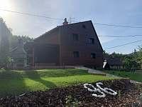 pohled na chatu z parkoviště - ubytování Dolní Lomná