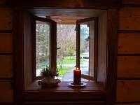 Výhled z relaxační místnosti do zahrady