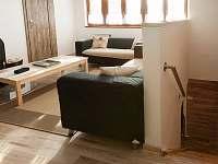 Obývací pokoj  schody do přízemí kde se nachází kuchyň,  jídelna, sauna, wc