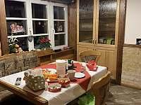 Jídelní kout kuchyně - chalupa k pronajmutí Morávka
