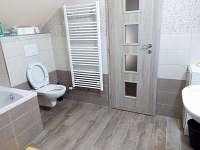 Chalupa v Karolince, koupelna s wc v patře - k pronájmu
