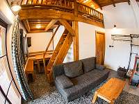 Obývací pokoj se schody do ložnice - Bílá