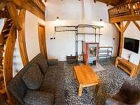 Obývací prostor s TV - chata k pronájmu Bílá
