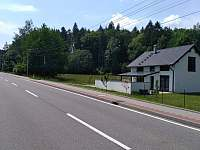Pohled ze silnice - apartmán k pronajmutí Dolní Lomná
