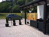 Terasa + parkoviště - apartmán k pronájmu Dolní Lomná