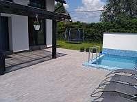 Trampolína při bazénu - apartmán ubytování Dolní Lomná