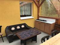 Letní kuchyně v pergoli - chata k pronájmu Dolní Bečva