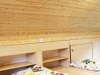 Podkrovní ložnice s uloženým prostorem(poličky)