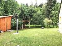 Zahrada a  solární sprcha na chatě