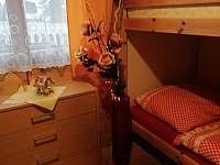 V přízemí je poschoďová postel - chata k pronájmu Ostravice