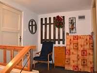 Předsíň se vstupy do kuchyně a koupelny - apartmán k pronajmutí Hnojník