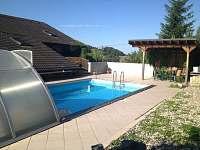 bazén který je přístupný jak z domu tak ze zahrady