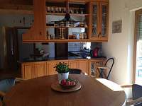 kuchyň s jídelnou v přízemí se vchodem na východní terasu.