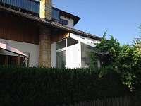 vchod v přízemí na jižní terasu a zimní zahradu