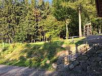 chata je blízko u lesa