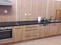 Kuchyň v přízemí s kompletnim vybavením
