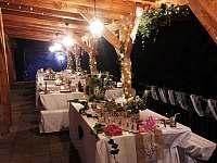nazdobená večerní svatební terasa - chata k pronájmu Jasenná