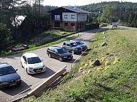 Parkoviště přímo u chaty