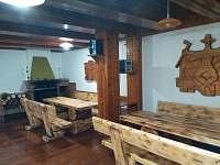 Společenská místnost s krbem a kuchyní