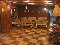 Společenská místnost v poschodí pro cca 60 lidí - chata k pronajmutí Jasenná