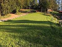 travnatá plocha vhodná pro svatební obřad či sportovní aktivity - chata k pronájmu Jasenná